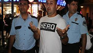Yemek Yerken Hero Yüzünden Gözaltına Alındı