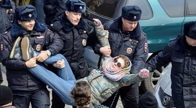 Rusya'da Putin Karşıtı Gösterilere Katılan Gençlerin Aileleri de Yargılanacak!