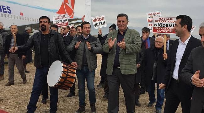 Niğde'nin 23 yıllık hasreti 'bitti': CHP boş arazideki 'hava alanı'na 'uçak' indirdi