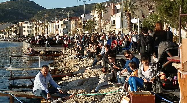 Foça'da hafta sonu yaz kalabalığı