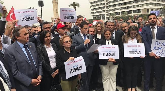 CHP İzmir Örgütü Konak Meydanı'nda oturma eylemi yaptı