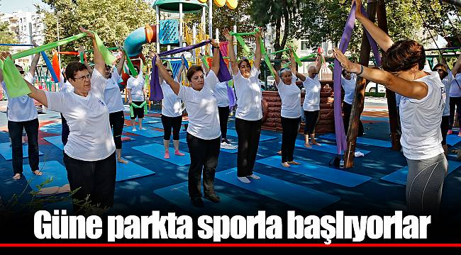 Güne parkta sporla başlıyorlar