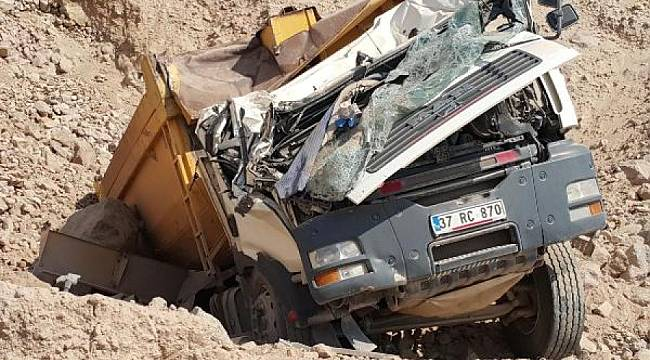 İzmir'de feci kaza! Kamyon bu hale geldi sürücüsü...