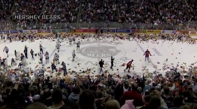 Buz hokeyi sahasına 34 binden fazla oyuncak ayı yağdı