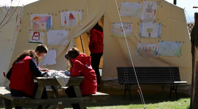 Okula Gidemeyen Deprem Cocuklarinin Yardimina Kizilay Kostu