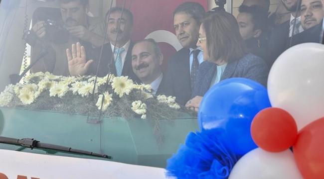 Vatandaşlara 'Şeyin trene baktığı gibi bakıyorlar' diyen AK Partiliden açıklama