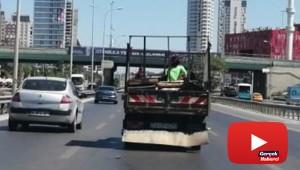 E-5'te iki çocuğun kamyonet kasasında tehlikeli yolculuğu kamerada