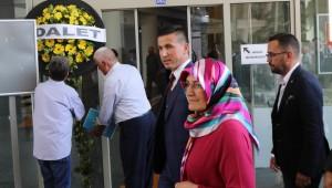 İyi Parti'den CHP'li belediye önünde siyah çelenkli eylem: İttifak protokolüne uyulmadı