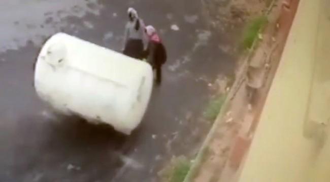İki kadın hırsız 2 bin 500 kilogramlık su deposunu çaldı