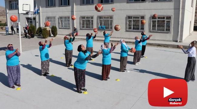 Şalvarlı kadınlar hayatlarında ilk kez basketbol oynadı