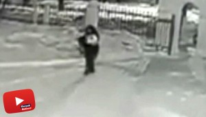 Bir baba bebeğini kar yağışının ortasında bırakıp kaçtı