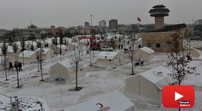 Depremin vurduğu Elazığ'da kar etkisini gösterdi