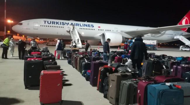 Ateşi yüksek çıkan yolculardan birisi İzmir'de hastaneye kaldırıldı