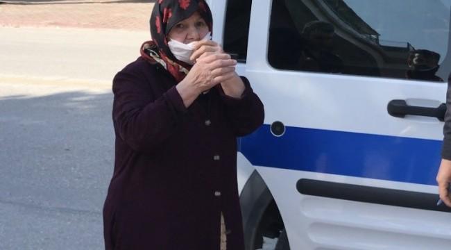 Günler sonra sokağa çıkan yaşlı kadın çantasını çaldırdı
