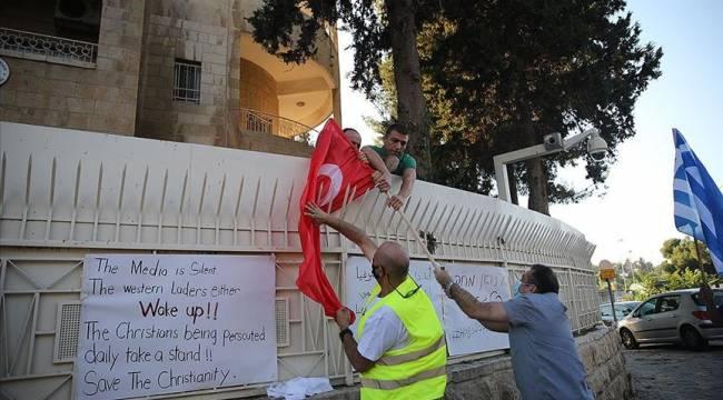 İsrail ordusundan silahlı bir kişinin de aralarında bulunduğu grup Kudüs'te Türk bayrağı yaktı