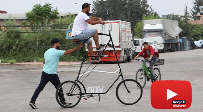 Sosyal mesafeyi korumak için 2 buçuk metre uzunluğunda bisiklet yaptı