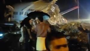 Hindistan'da yolcu uçağı iniş sırasında ikiye bölündü