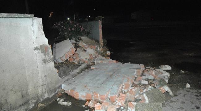 İzmir'de şiddetli yağış ve rüzgar: Beton duvarlar yıkıldı