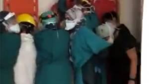 Acil serviste hayatını kaybeden kişinin yakınları hastaneyi bastı, sağlıkçılar sedyeyle korunmaya çalıştı