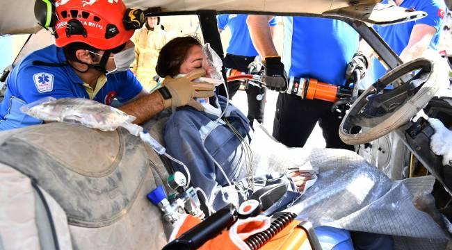 İzmir İtfaiyesi'nde sağlıkçılar hayat kurtarıyor