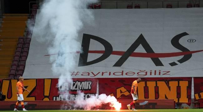 Seyircisiz oynanan Galatasaray - Fenerbahçe derbisinde sahaya dışarıdan işaret fişeği atıldı