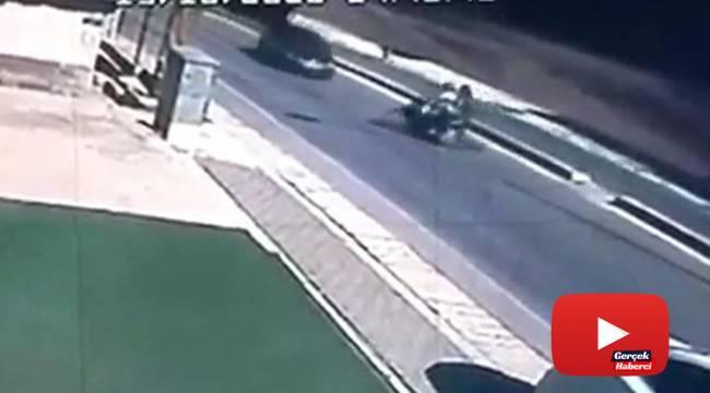 Otomobilin çarptığı motosikletten böyle savruldular