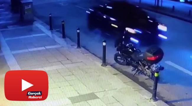 Polis uygulamasını gördü, son sürat geri geri kaçtı