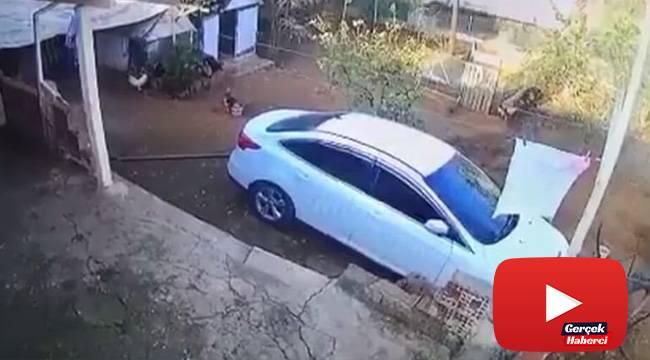 Freni boşalan saman yüklü kamyon duvarı yıkarak evin bahçesine devrildi