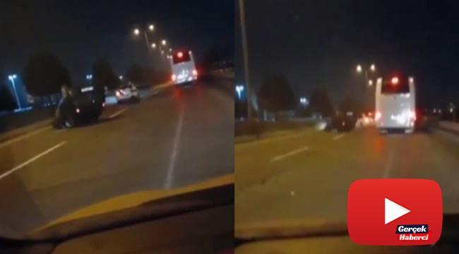Kazayı izlemek için yavaşlayan otomobile otobüs çarptı