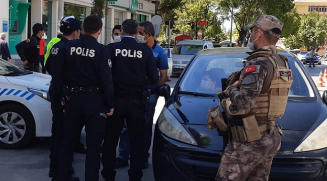 Tartıştığı polisi cep telefonuyla görüntüleyen yurttaşa gözaltı