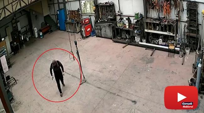 Alarmı duyan acemi hırsız telaş anları kameraya yansıdı
