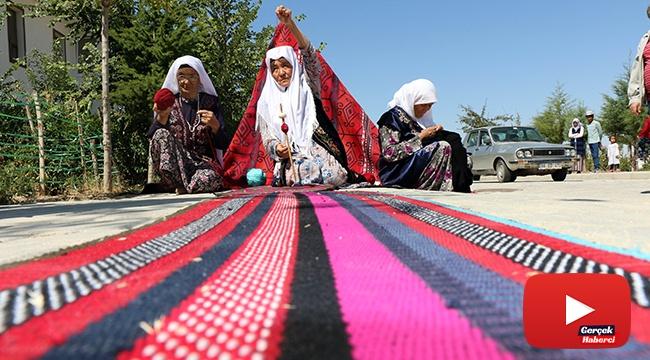 Eski elbiselerden sökülen ipler, Kırgız kadınlarının maharetli ellerinde halı ve kilime dönüşüyor