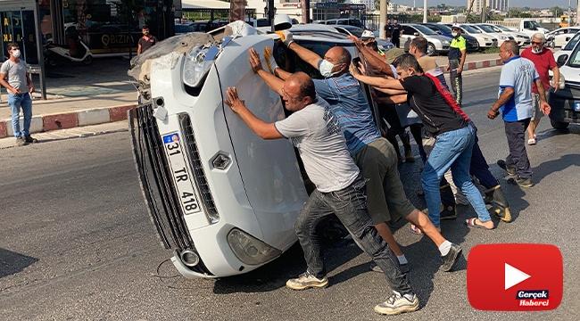 Park halindeki araca çarpan otomobil devrildi, vatandaşlar düzeltti